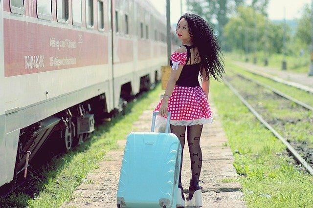 dívka a vlaková stanice