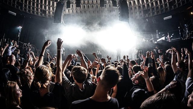 mládež na koncertě