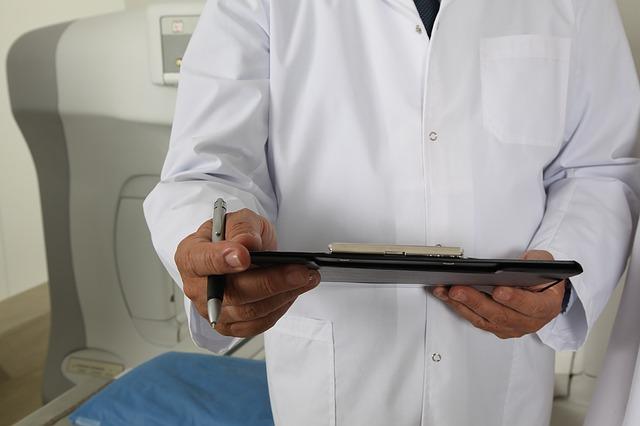 lékař se zprávou