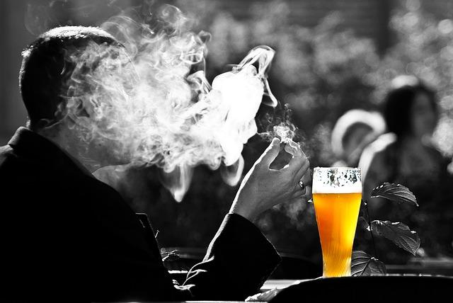 muž, kouření, pivo