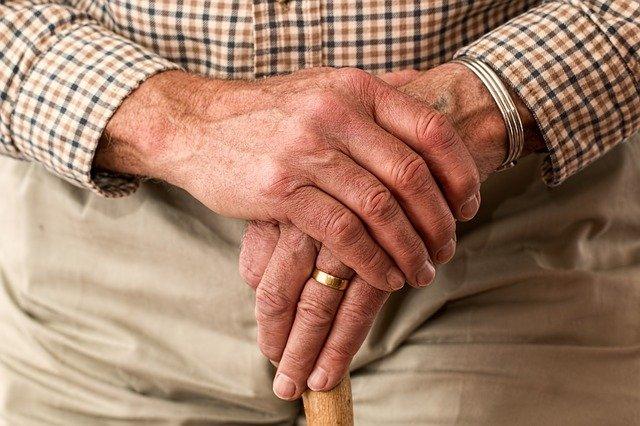 ruce zkušeného muže