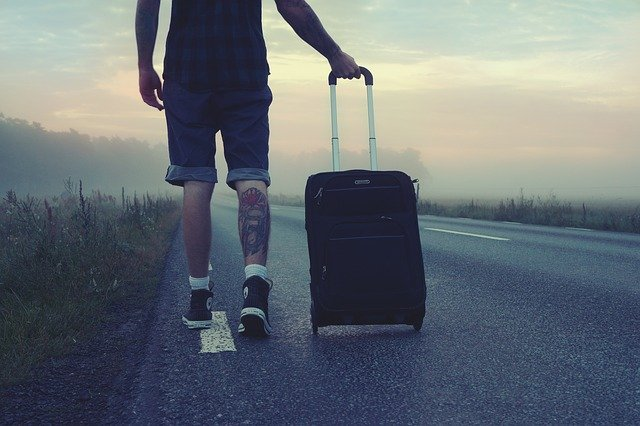 muž s kufrem